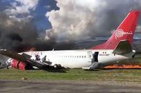 Máy bay chở hàng trăm người trượt khỏi đường băng,  bốc cháy ngùn ngụt