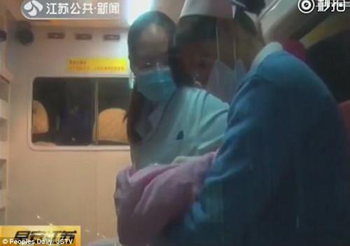 khong biet minh mang thai co gai 24 tuoi so hai khi thay con lot thom trong bon cau 3.jpg
