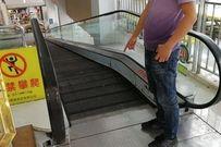 Tai nạn thang cuốn kinh hoàng, bé 1 tuổi bị kẹp đứt ngón tay khi đi mua sắm cùng bố mẹ