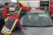 Cậu bé 14 tháng lạc quan nhất thế gian: Cười nắc nẻ với đội cứu hộ dù bị kẹt trong xe