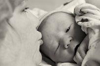 10 khoảnh khắc đẹp ba mẹ nên ghi lại khi con chào đời
