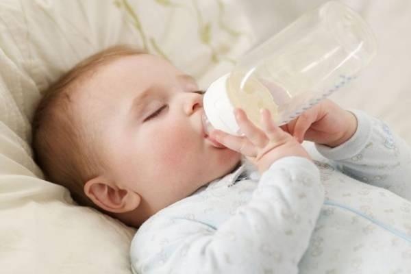 Hạn chế cho trẻ uống sữa sau khi ngủ