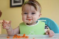 Đây là lý do khi ăn dặm bé thích nhè, phun thức ăn phèo phèo