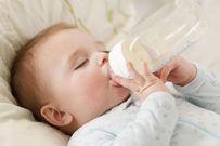 Tập cho bé bú bình sớm và những điều mẹ nên lưu ý