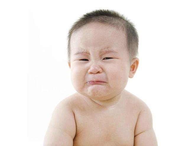 Bé trai mếu khóc