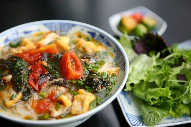 Ăn bún riêu cua với nhiều màu sắc bắt mắt