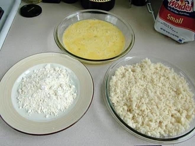 chuẩn bị bột mì, bột chiên giòn, trứng gà ra bát