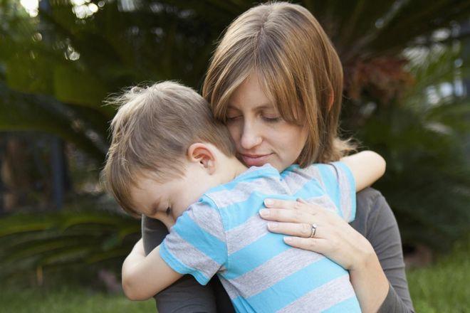 mẹ ôm bé