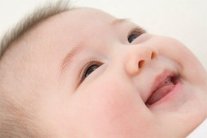 bé cười