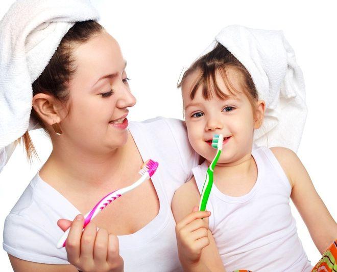 mẹ và bé cùng đánh răng