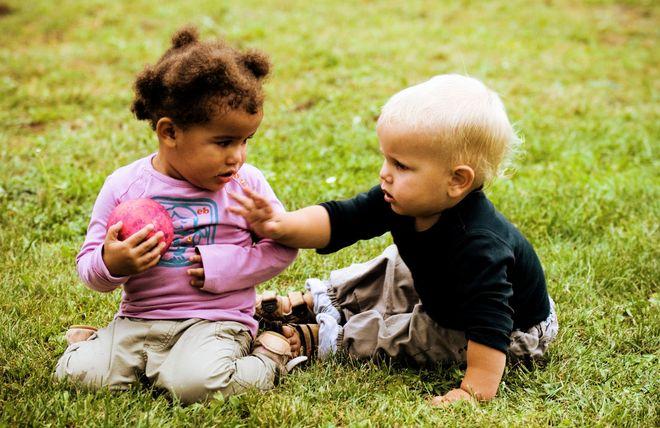 bé 2 tuổi chơi với bé khác