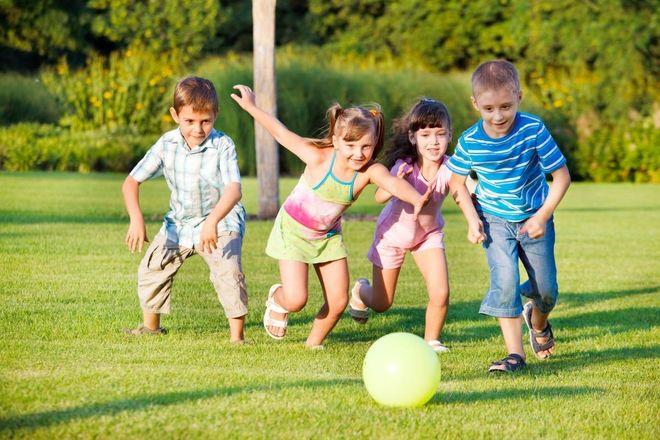 trẻ chơi đá banh