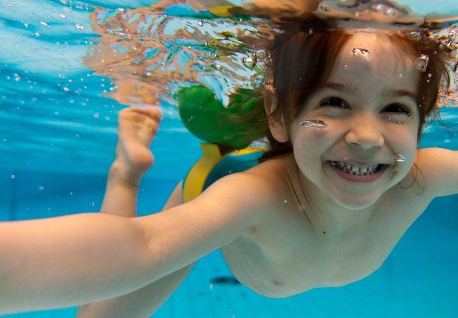 Dạy trẻ cách tập nín thở dưới nước