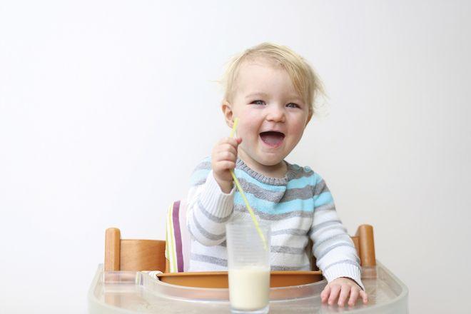bé uống sữa để khỏe mạnh