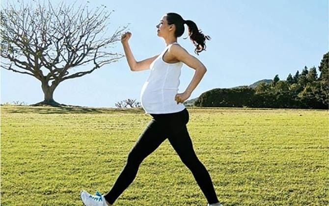 đi bộ khi mang thai giúp mẹ giảm nghén