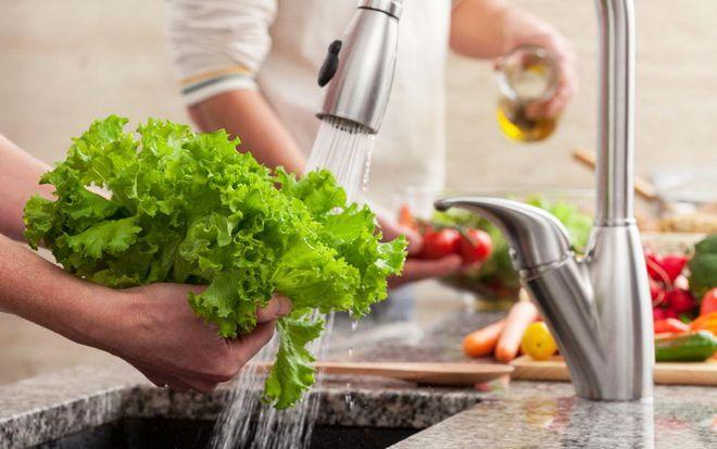 rửa rau sống