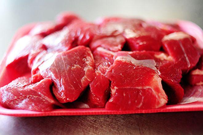 cắt thịt bò thành miếng hình vuông