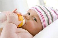 7 điều quan trọng mẹ nên lưu ý khi đổi sữa cho trẻ