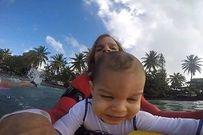 Bé trai 9 tháng tuổi được bố cho lướt sóng gây sốc