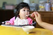 Cho trẻ 6 tháng tuổi ăn váng sữa thế nào mới là khoa học?