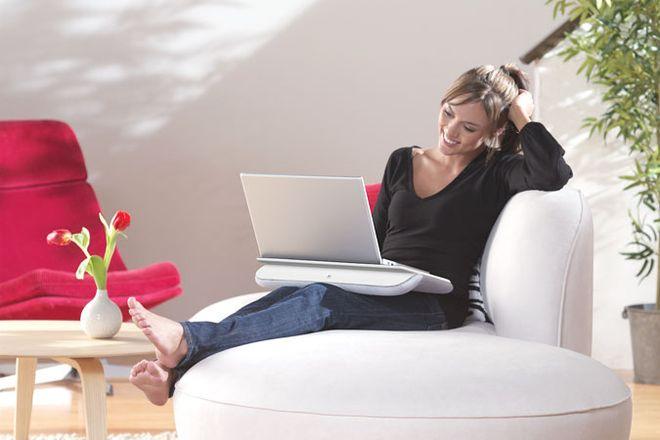 cô gái dùng máy tính
