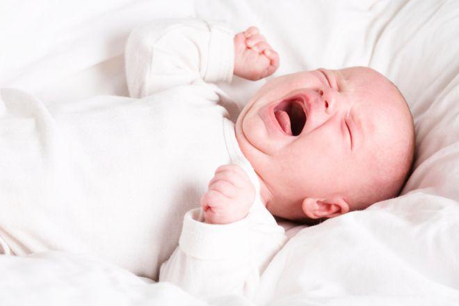 bé sơ sinh nằm gào khóc