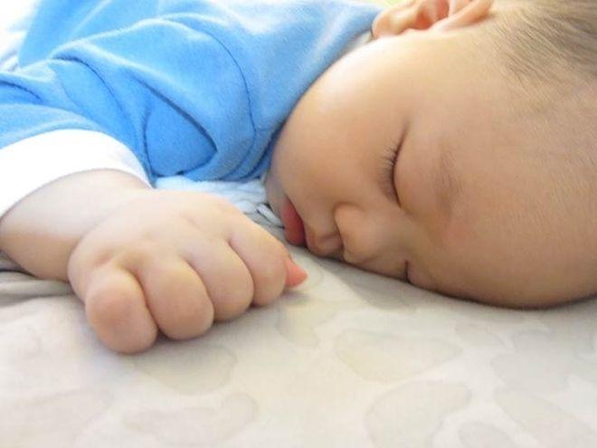 bé ngủ sấp