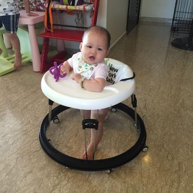 có nên cho bé tập đi bằng xe tròn