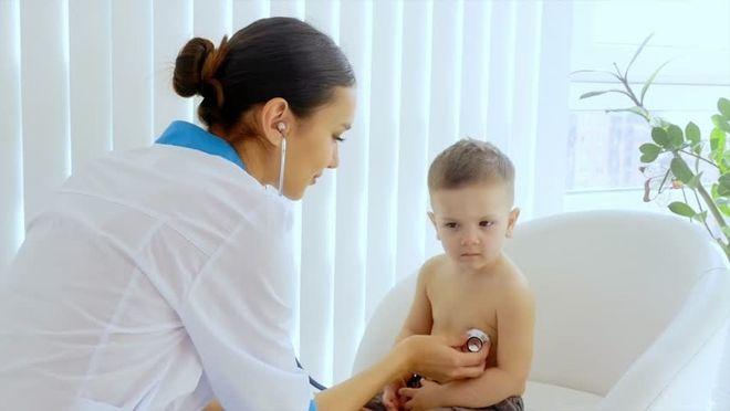 y tá và bé