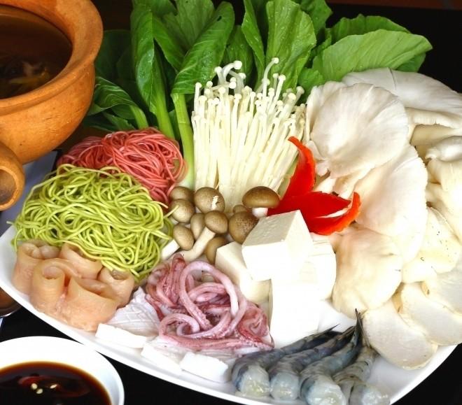 đĩa nguyên liệu nấu lẩu nấm