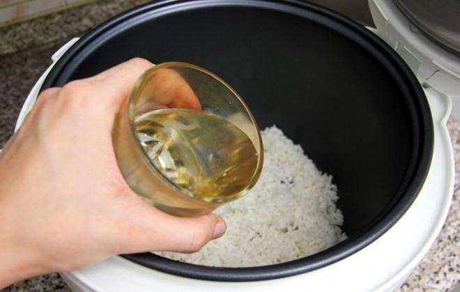 đổ nước vào gạo