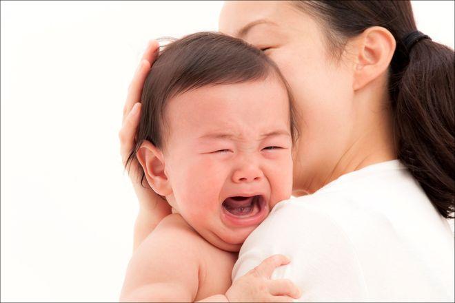 mẹ ôm bé khóc