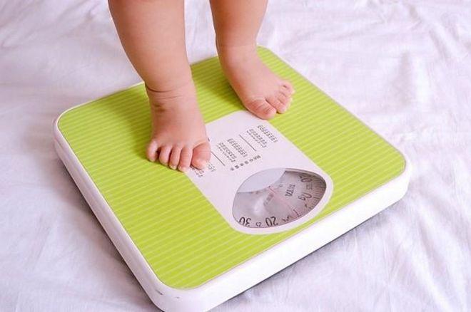 trẻ cân nặng