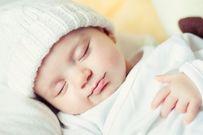 Mẹ có nên đánh thức bé dậy cho bú không?