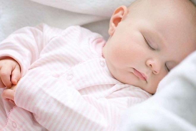 điều chỉnh tư thế ngủ cho bé