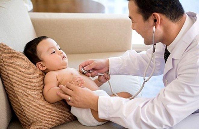 bác sỹ khám cho bé định kỳ