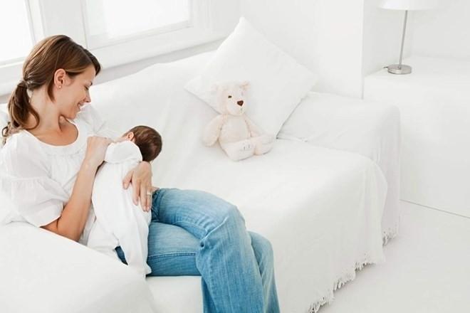 bé bú sữa mẹ đầy đủ