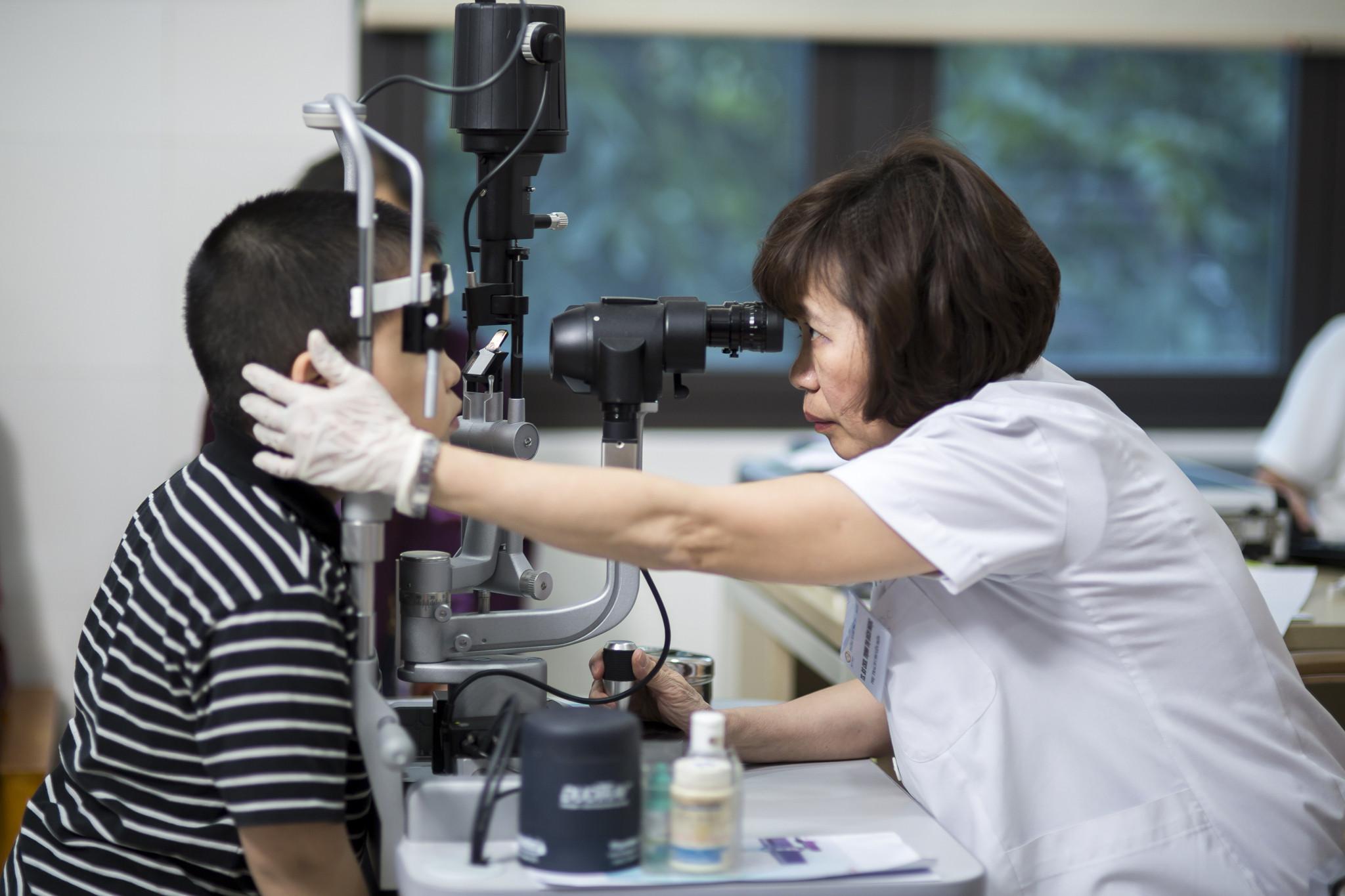 khám bệnh mắt cho trẻ