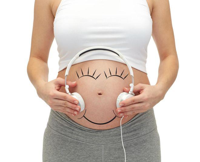 mẹ cho bé nghe nhạc