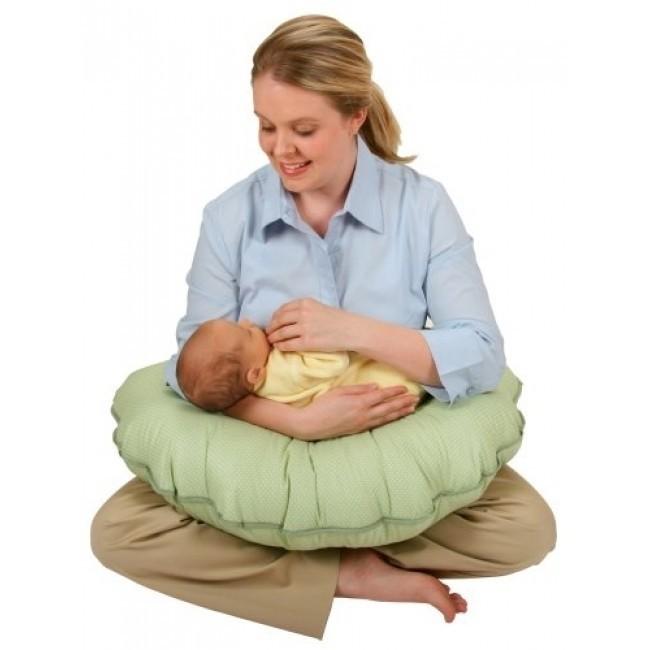 mẹ ngồi cho bé bú