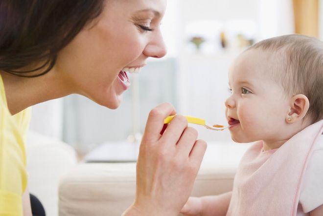 mẹ đang đút cho bé ăn