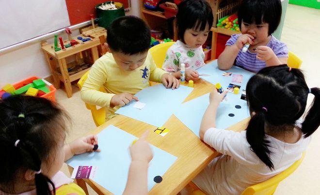 các bé học vẽ phát triển trí tưởng tượng