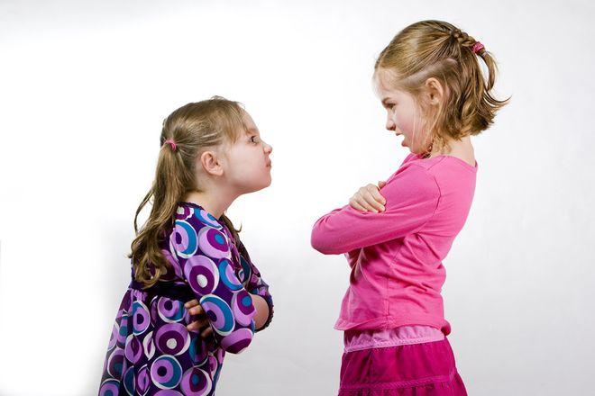 2 bé gái tranh cãi nhau