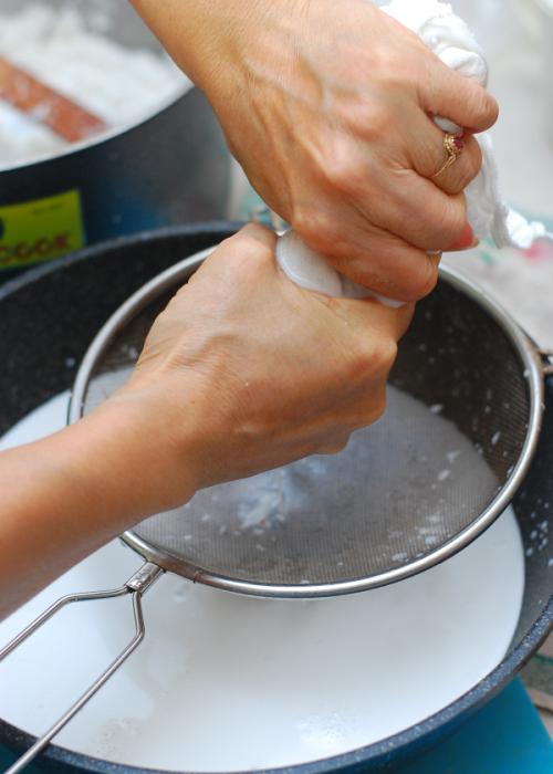 lọc lấy nước cốt dừa