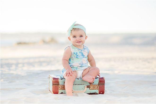 bé ở biển