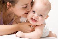 Em bé khỏe nhờ những động tác vận động đơn giản mẹ siêng thực hiện
