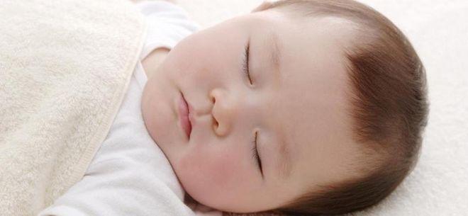 bé trai ngủ ngon giấc