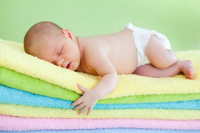 bé ngủ trên khăn bông êm ái