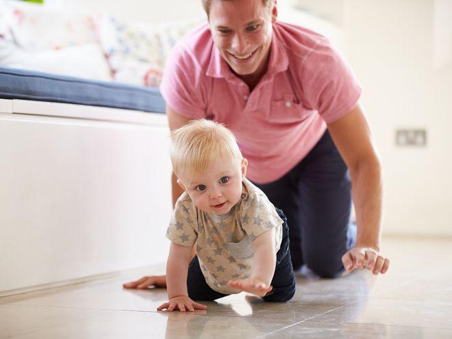 bé đang tập bò cùng với bố