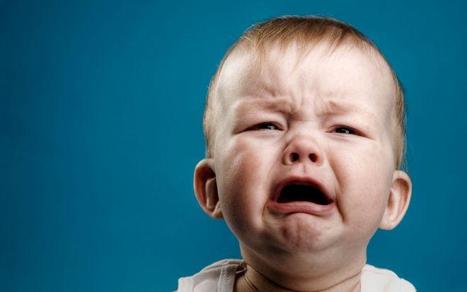 em bé mếu khóc